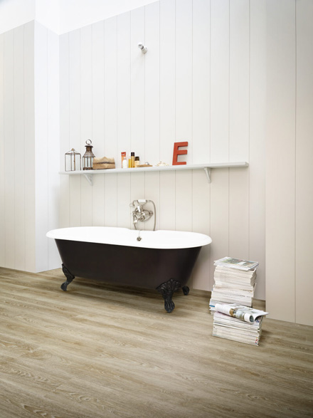 Moduleo Scarlet Castle Oak 50230 stand-alone bath in room on LVT floor
